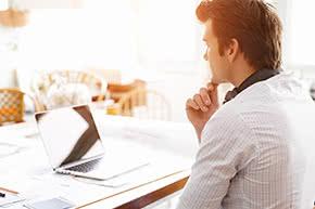 Die Berufshaftpflichtversicherung verschiedener Anbieter - Recherche am Laptop