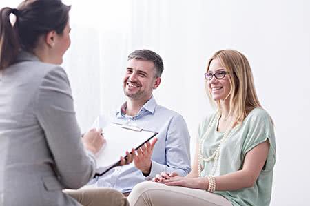 versicherungscheck24.de – Hausratversicherung – Mieter – Paar wird freundlich beraten