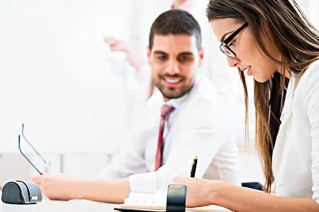 versicherungscheck24.de – Lagergut Versicherung – Zwei Büroangestellte füllen Dokumente aus