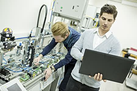 versicherungscheck24.de – Maschinenbruchsversicherung – Beendigung – Zwei Arbeiter an Maschine