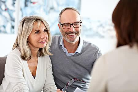versicherungscheck24.de – Pflegeversicherung – Beitragsbemessungsgrenze – Seniorenpaar lässt sich beraten