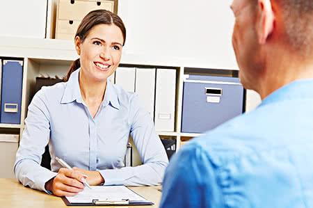 versicherungscheck24.de – Pflegeversicherung günstig abschließen – Freundliche Beraterin mit Mandanten