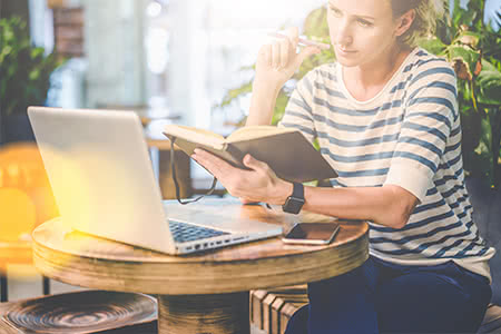 Kapitallebensversicherung Vergleich - Recherche am Laptop