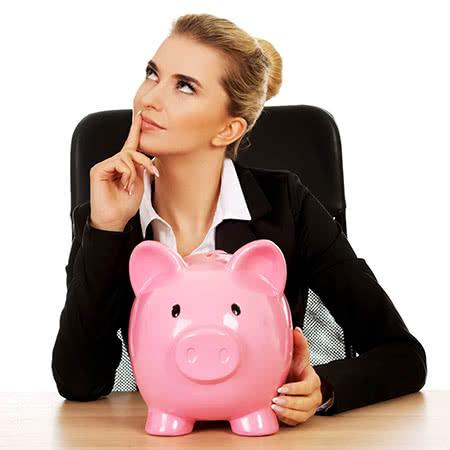 Betriebsinhaltsversicherung - Frau mit einem Sparschwein denkt nach
