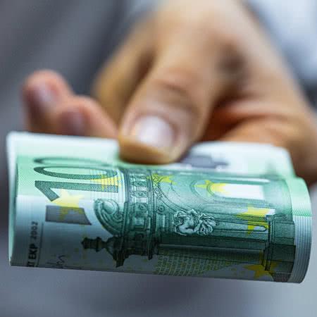 Betriebsinhaltsversicherung - Geldscheine in der Hand